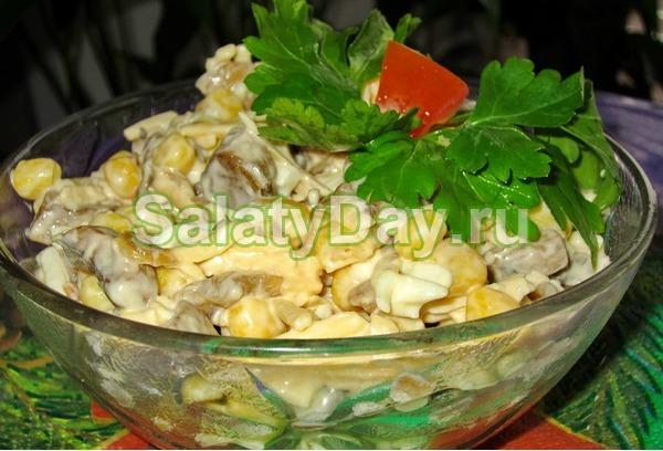 Салат с маринованными шампиньонами и сыром