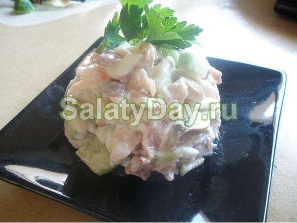Салат с маринованными шампиньонами в круглой форме