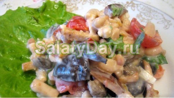 Салат с маринованными шампиньонами и фасолью