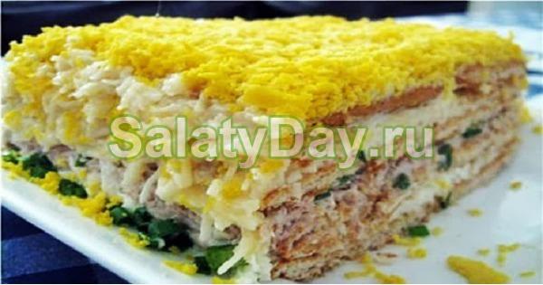 Салат с рыбной консервой и крекерами