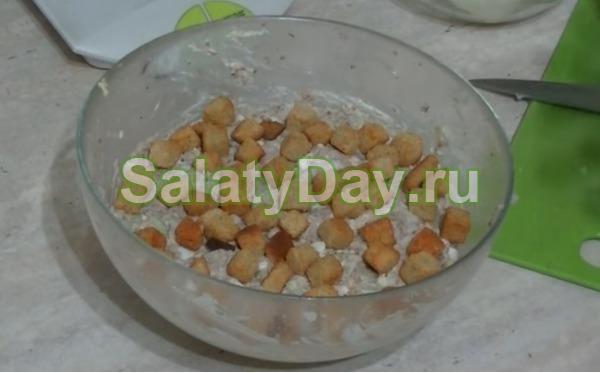 Салат с рыбными консервами и сухариками