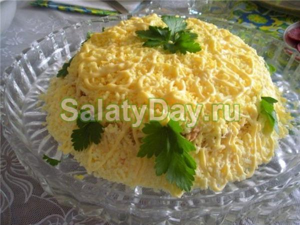 Салат с рыбными консервами с кукурузой и плавленым сыром