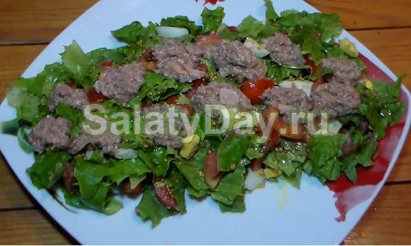 Салат с консервированным тунцом и листьями салата