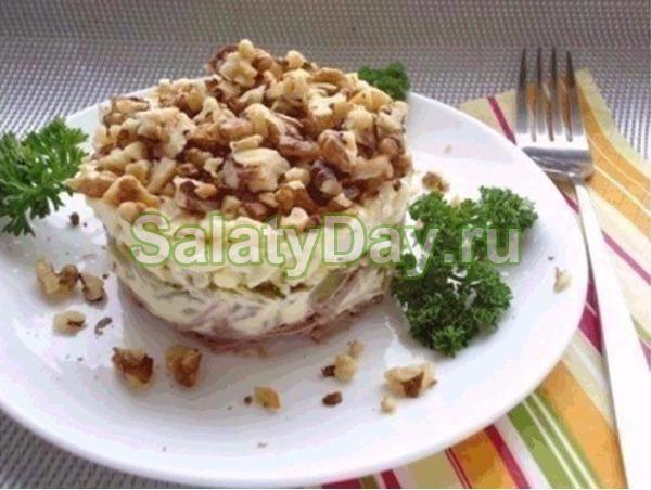 Салат с рыбными консервами и черносливом