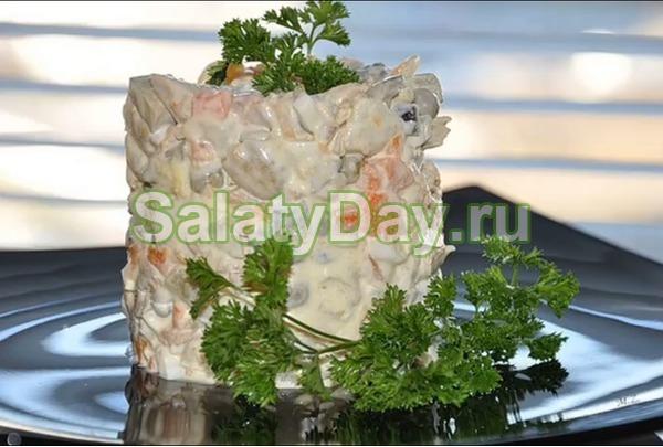 Салат столичный с курицей, бочковыми огурцами и луком