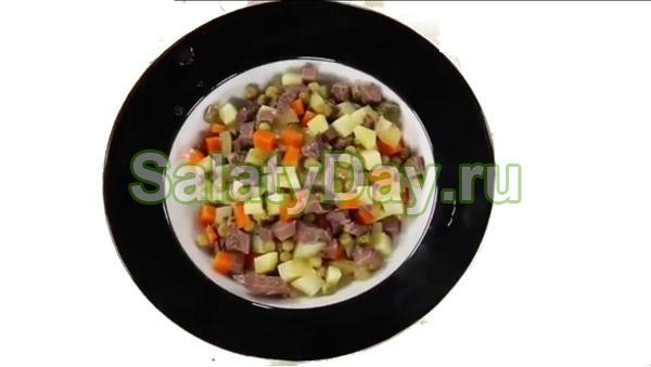 Салат столичный с курицей и оливковым маслом