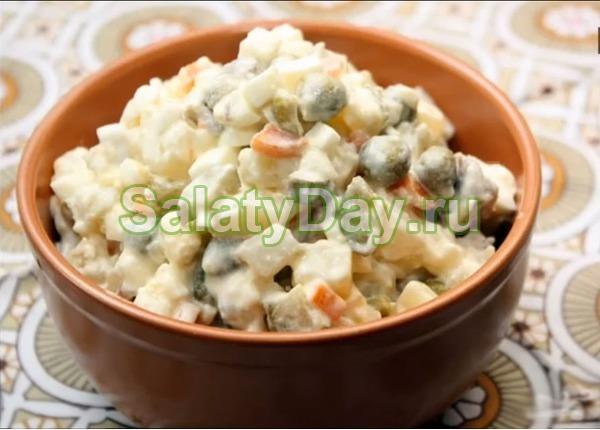 Салат столичный с курицей, солеными огурцами и укропом