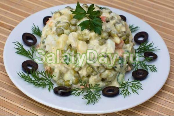 Салат столичный с курицей и маслинами