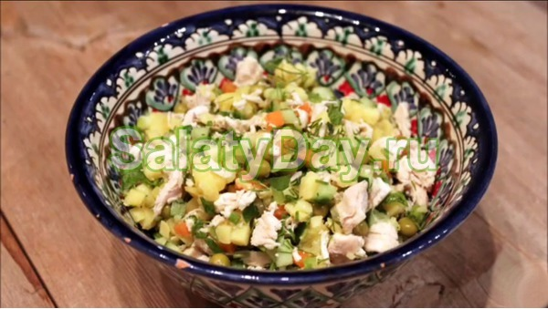 Салат столичный с курицей, свежими огурцами и зеленью