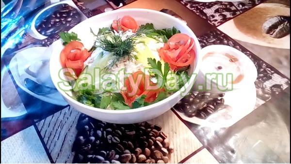Салат столичный с курицей и маринованными огурцами