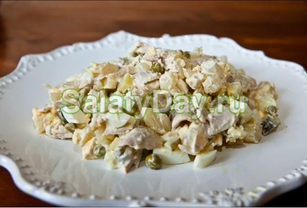 Салат столичный с курицей, репчатым и зеленым луком