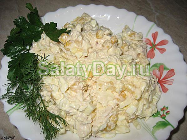 Салат с рисом, кукурузой и отварной красной рыбой