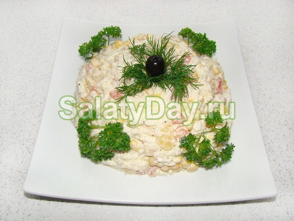 Салат с креветками, ананасом и авакадо