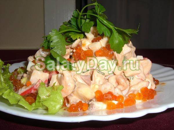 Салат с креветками, ананасом, кальмарами и красной икрой