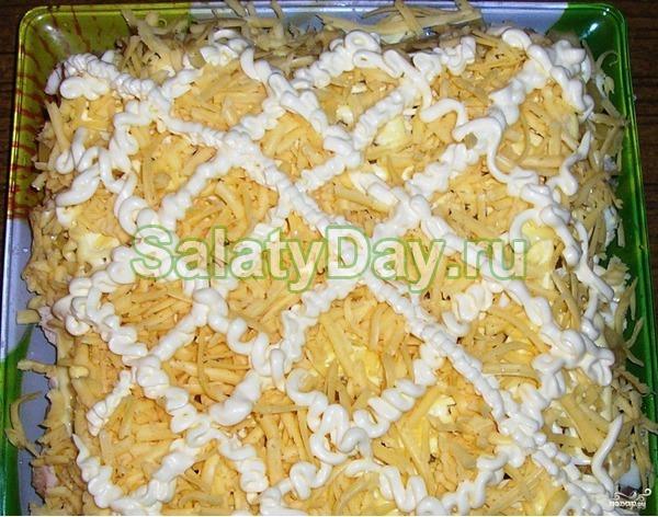 Салат с копченой курицей и ананасом слоеный