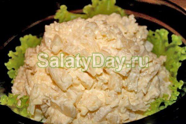 Салат с копченой курицей и ананасом простой