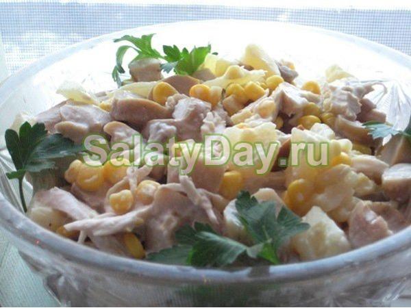Салат с копченой курицей и ананасом и кукурузой