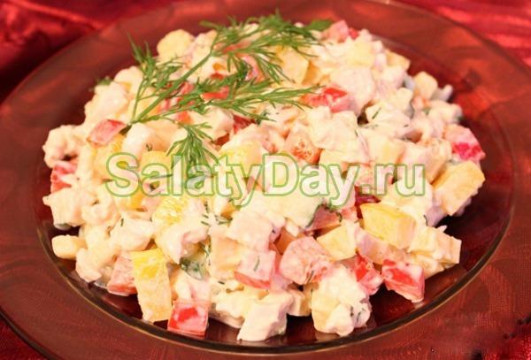 Салат с копченой курицей и ананасом и болгарским перцем