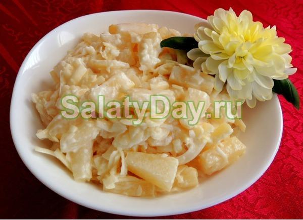 Салат с копченой курицей и ананасом с чесноком