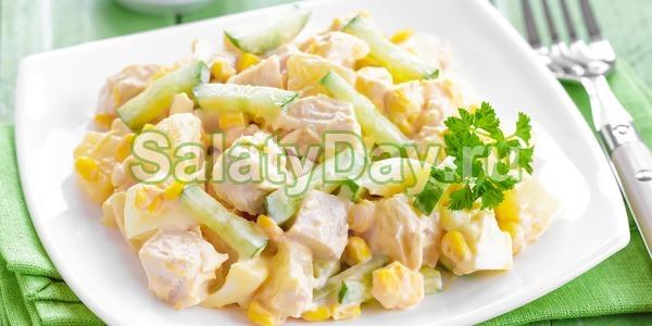 Салат с копченой курицей и ананасом и огурцом