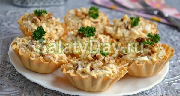 Салат с копченой курицей и ананасом в тарталетках