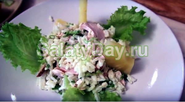 Салат с копченой курицей и ананасом и рисом