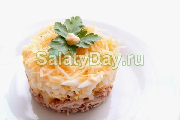 Салат с копченой курицей и ананасом с яйцом