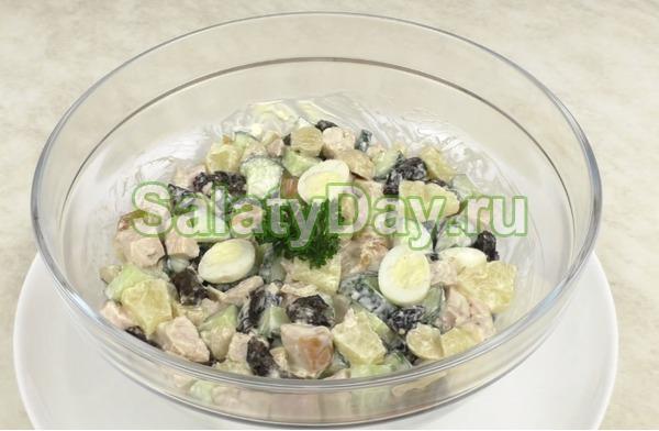 Салат с копченой курицей и ананасом с грибами и черносливом