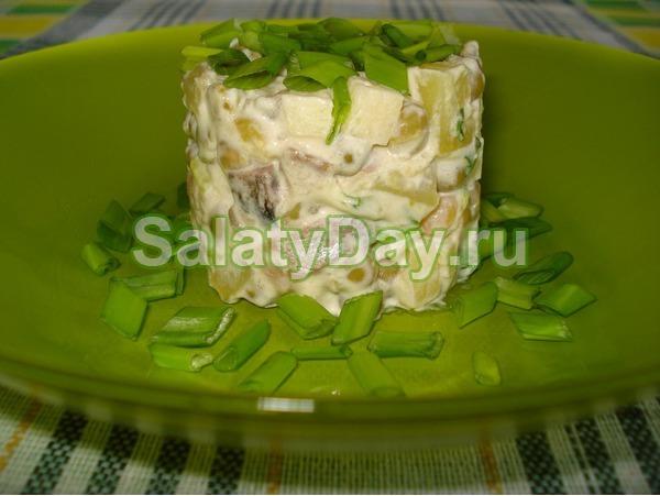 Салат с копченой курицей и ананасом с зеленью