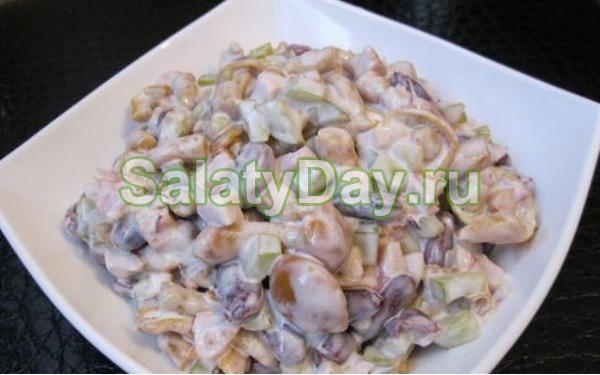 Салат с куриной грудкой и шампиньонами и фасолью