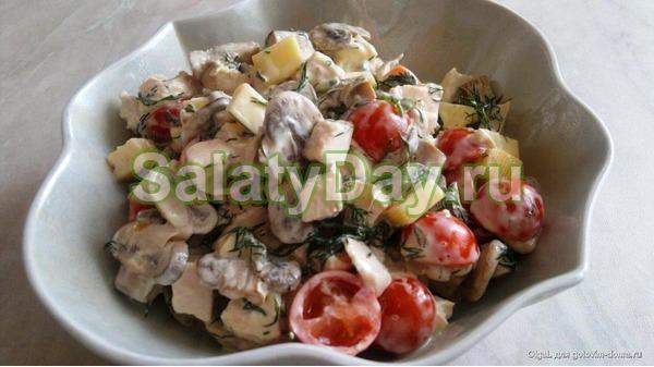 Салат с копченым окороком и помидорами