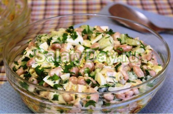 Простой салат с копченым окорочком и фасолью