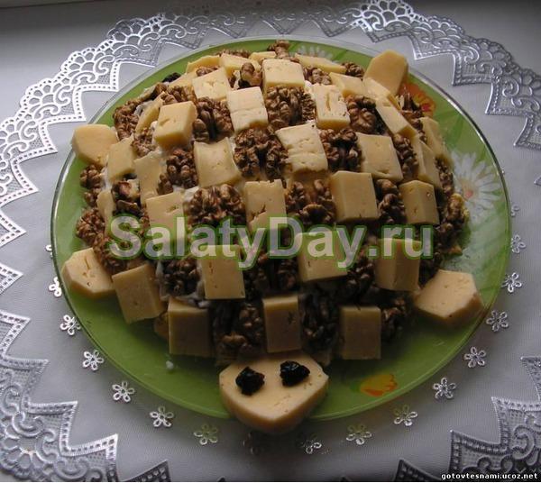 салат с курицей и грибами и орехами