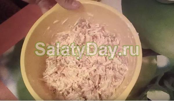 Салат с копчёной колбасой, сухариками и морковью