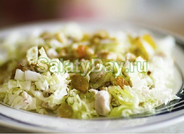 Салат из пекинской капусты с курицей, кукурузой и изюмом