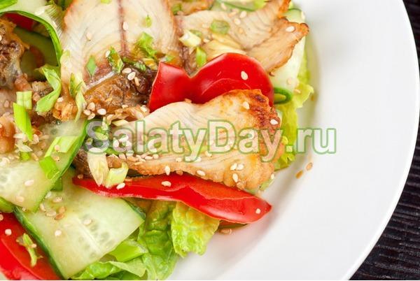 Салат из пекинской капусты, копчёной куриной грудки и перца