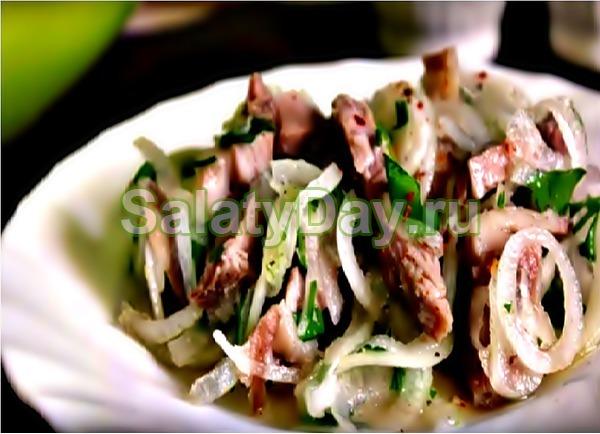 Салат со свининой и луком