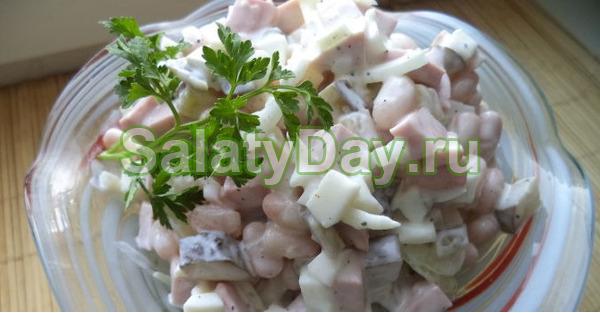Салат с фасолью, солеными огурцами и копченой курицей