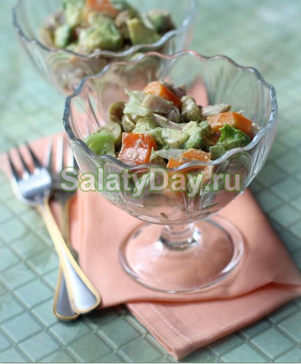 Салат из красной и белой фасоли и копченой курицы