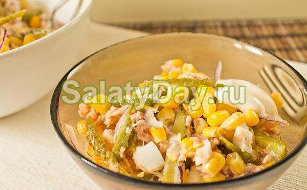 Салат с фасолью, копченой курицей, кукурузой и огурцом