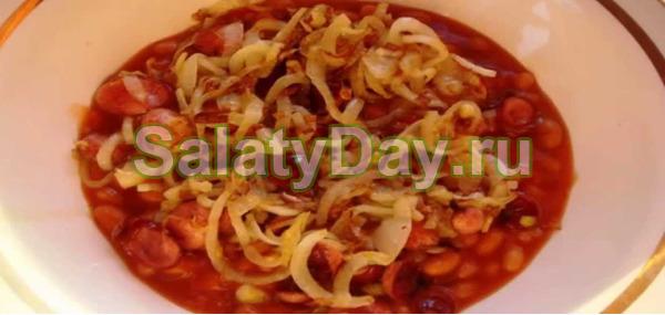 Теплый салат с гренками, копченой курицей и фасолью в томатном соусе