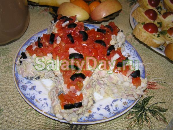 Салат с красной икрой, креветками и авокадо