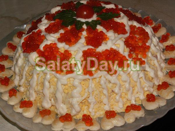 Салат с креветками и ананасами под шубкой из красной икры