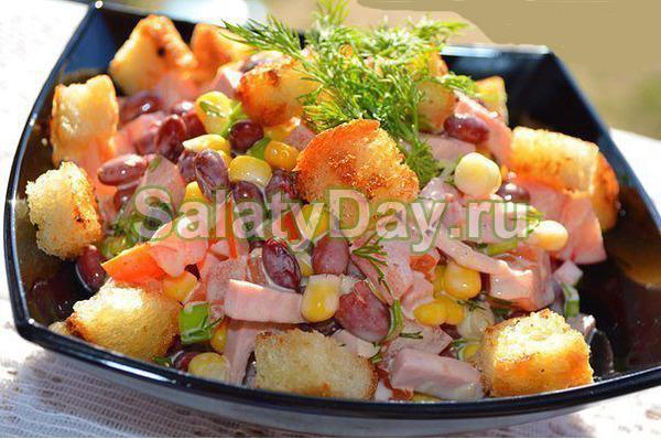 """Салат """"Фейерверк"""" с копченой колбасой и фасолью"""