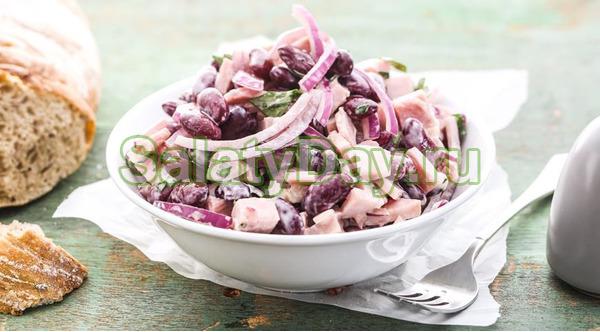 Салат с фасолью и копченой колбасой с красным луком
