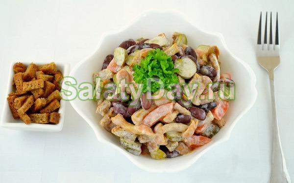 Салат с фасолью и копченой колбасой с опятами