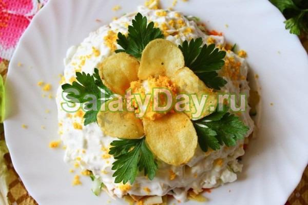 Быстрый крабовый салат с помидорами и чипсами