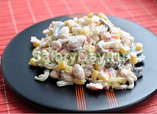Салат с крабовыми палочками, помидорами и грибами