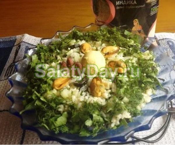 Салат с морским коктейлем и рисом