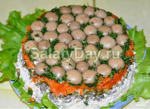 Традиционный салат из китайской капусты с грибами и курицей